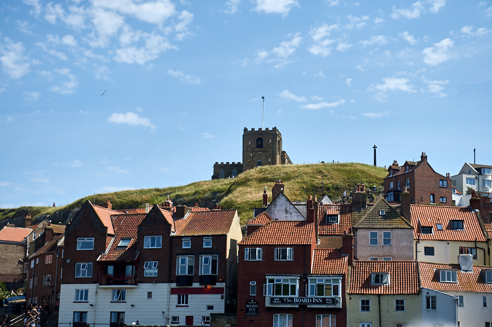 whitby, captain cook, harbour, yorkshire, whitby abbey, town, northern england, nordengland, uk, großbritanien, urlaub, travel, holiday, summer, boat, trip, sea, meer, coast, fishing, fishermen,